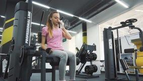 在锻炼期间,女孩使用毛巾 股票视频