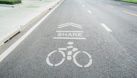 在锻炼的混凝土路分享的自行车道 免版税图库摄影