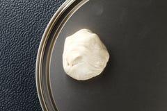在镀锡铁上把放的roti原材料的白色粉末代表 免版税库存照片
