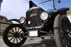 在镇中心塑造从1921的T停放的福特 库存图片