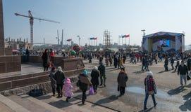 在镇中心的人步行 图库摄影