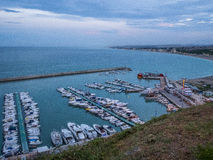 在镇努马纳, Conero,马尔什,意大利的港口的小船 库存照片