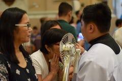 在镇庆祝期间,天主教妇女给亲吻的圣洁圣体匣的罕见的机会 免版税图库摄影