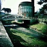 在镇河的现代桥梁 免版税库存照片