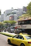 在镇街道的交通有汽车的新加坡 库存照片