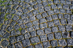 在镇街道的花岗岩立方体 库存图片