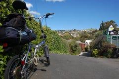 在镇路旁的折叠的bycicle 免版税库存图片