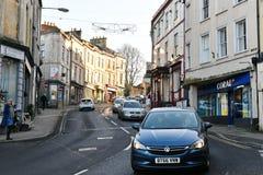 在镇路的交通 免版税库存图片