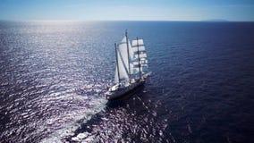 在镇静天气航行的帆船在海洋 股票视频