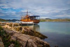 在镇静水域中停止和停住的小船和五颜六色,科纳提群岛海岛,达尔马提亚,克罗地亚小船/小船/海岛/G 免版税库存照片