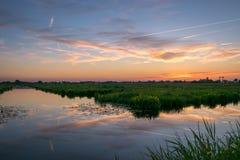 在镇静水的风景日落在荷兰扁圆形干酪,荷兰附近的荷兰乡下 库存图片