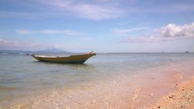 在镇静波浪的小木小船突然移动 影视素材