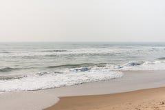 在镇静海滩的泡沫似的波浪 免版税库存照片