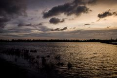 在镇静湖的不可思议的EVENIG天空 库存图片