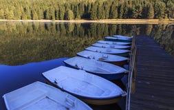 在镇静湖的小船 免版税库存图片