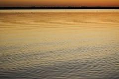 在镇静湖的日落 免版税库存图片