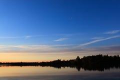 在镇静湖的风景日落 免版税库存照片
