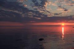 在镇静湖水上的日落 免版税库存照片