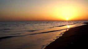 在镇静满意的时间间隔视图挥动碰撞在沙子海滩海岸线在华美的晚上日落地平线的海洋岸 影视素材
