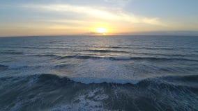 在镇静白色卫星海浪海滩佛罗里达大西洋海景的早晨日出在4k空中寄生虫视图挥动 股票录像
