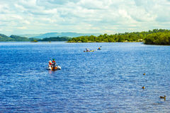 在镇静蓝色Loch Lomond湖的水上运动在苏格兰, 2016年7月21日, 免版税库存照片