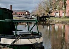 在镇静运河的绿色驳船 库存图片