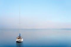 在镇静wate反映的游艇 免版税库存照片