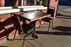 在镇餐馆的室外吃地区 免版税库存图片