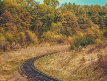 在镇,秋天风景外面的路轨 免版税库存照片