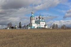在镇Sokolsky区,沃洛格达州地区Kadnikov附近的伊莱亚斯教会  免版税图库摄影