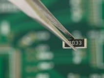 在镊子的电阻器 库存图片