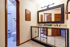 在镜子修剪的豪华卫生间虚荣内阁 库存图片