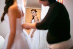 在镜子前面的俏丽的新娘 免版税库存照片