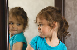 在镜子前面的小女孩 免版税库存图片