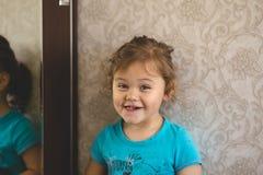 在镜子前面的小女孩 库存照片