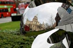 在镜子反映的圣保罗的大教堂 库存照片