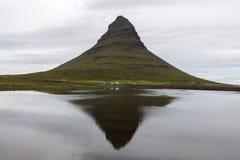 在镜子反映的著名Kirkjufell火山 免版税库存照片