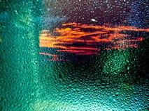 在镜子和微明天空的雨下落 库存图片