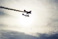 在镜子和落日的飞机 免版税库存照片