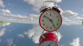 在镜子的减速火箭的模式闹钟和箭头行动 Timelapse 4K 影视素材