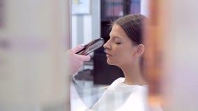 在镜子的反射在申请在模型的面孔的构成过程中 股票视频