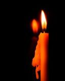 在镜子的夜和反射作用的烛光焰光有抽象黑背景 免版税图库摄影