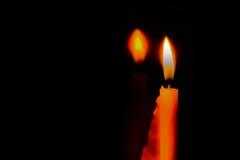 在镜子的夜和反射作用的烛光焰光有抽象黑背景 库存图片