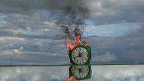 在镜子的灼烧的老减速火箭的绿色闹钟在空间 影视素材
