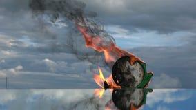 在镜子的灼烧的老绿色闹钟在空间 股票视频