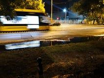 在镜子的电车在晚上 免版税库存照片