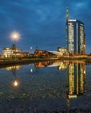 在镜子的米兰都市风景在蓝色小时 免版税库存图片