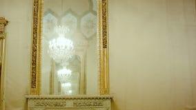 在镜子的美好的垂悬的水晶枝形吊灯反射 影视素材
