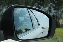 在镜子的路反射 库存图片