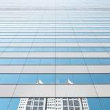 在镜子的都市天空 免版税库存图片
